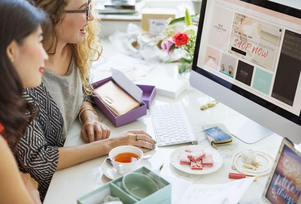 Mulheres realizando compras em um dos exemplos de marketplace que existem
