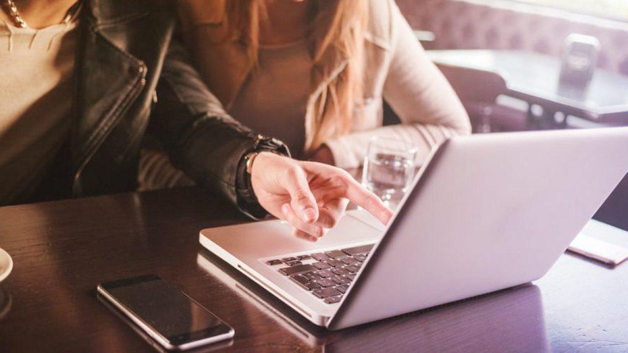 Pessoas trabalhando em um dos exemplos de marketplace: o de leads