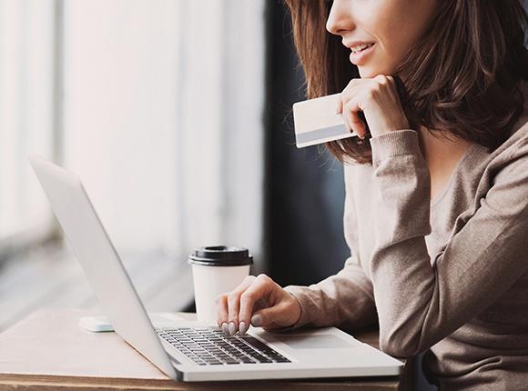 Mulher procurando quais os melhores gateway de pagamento para marketplace e assim conseguir abrir empresa