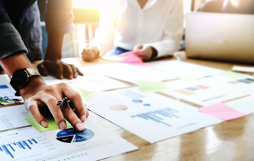 Empreendedores realizando a criação de um canvas para marketplace