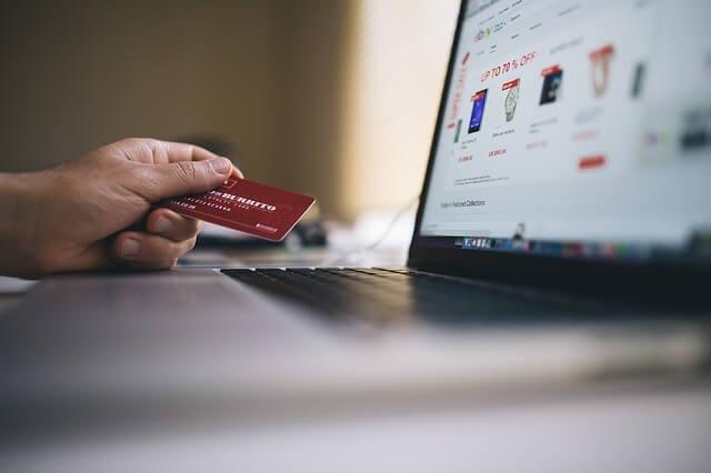 Pessoa procurando como funciona um marketplace e como fazer compras