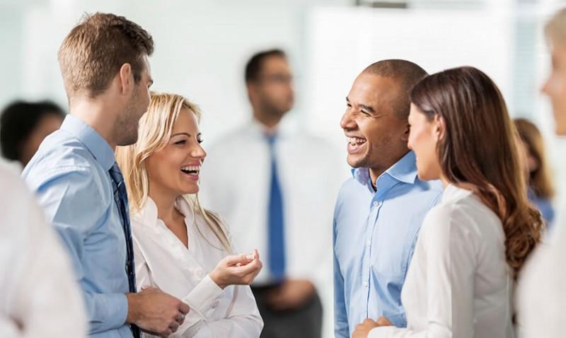Pessoas realizando marketing para marketplace através de networking