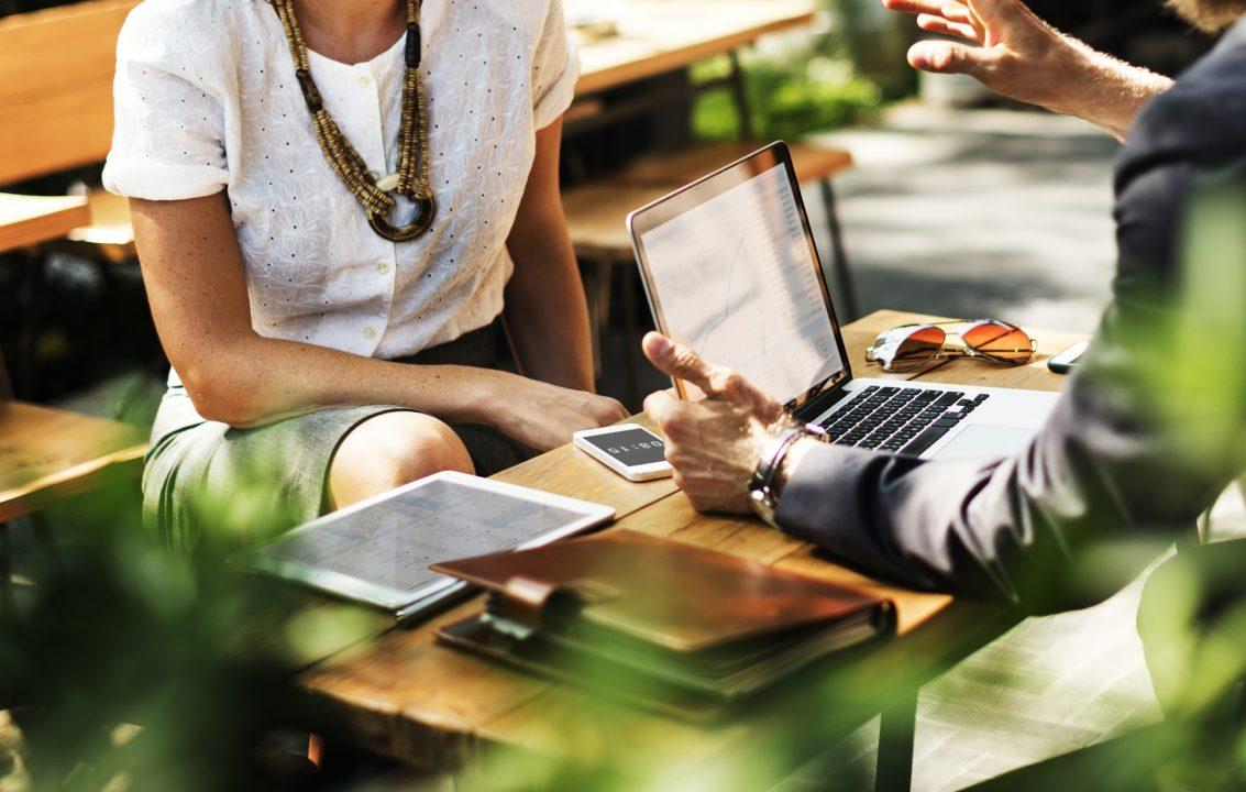 Pessoas participando de eventos como uma forma de realizar marketing para marketplace