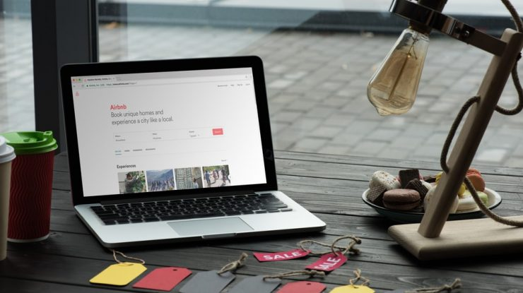 Notebook de um empreendedor que deseja saber qual a melhor plataforma para marketplace