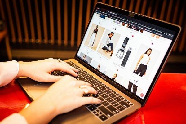 Mulher realizando pesquisa para saber qual melhor plataforma para marketplace
