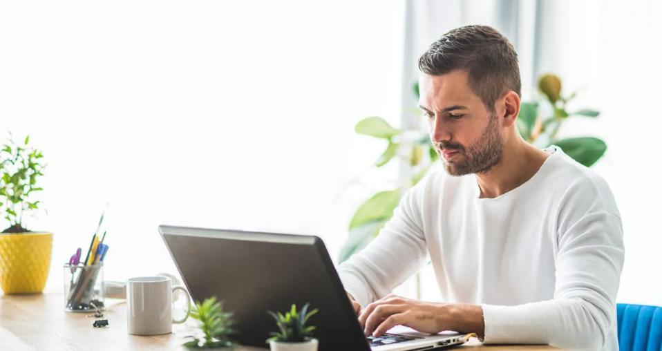 Homem realizando uma pesquisa na internet sobre marketplace com o apoio de um notebook