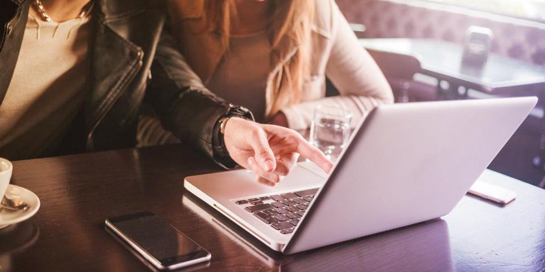 Pessoas procurando qual a melhor plataforma para marketplace