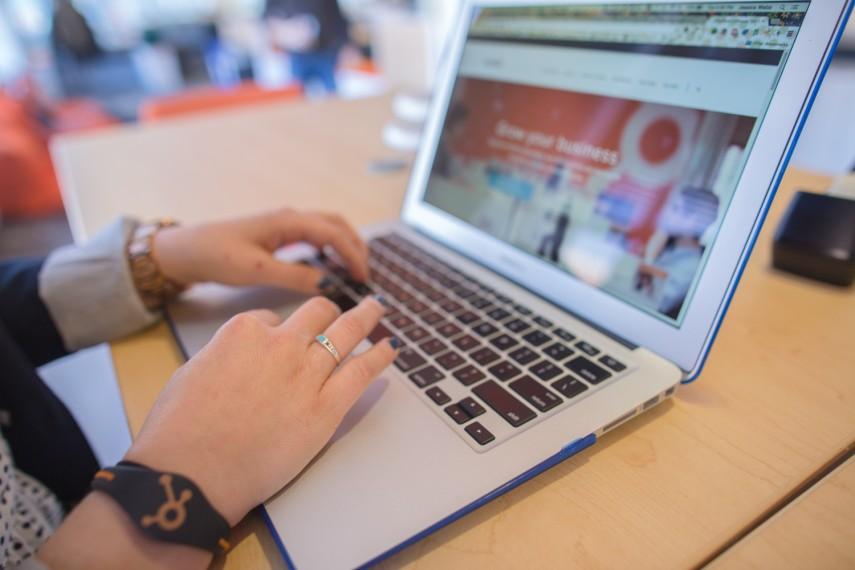 Mulher procurando na internet o que significa marketplace