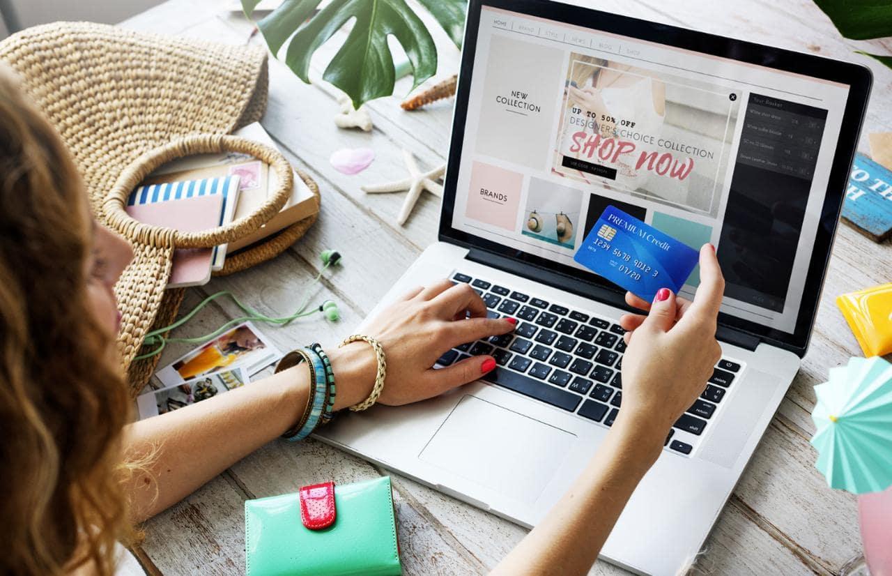 Mulher realizando uma aquisição em um shopping virtual