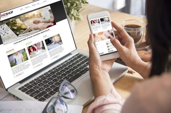 Mulher fazendo pesquisas em um shopping virtual