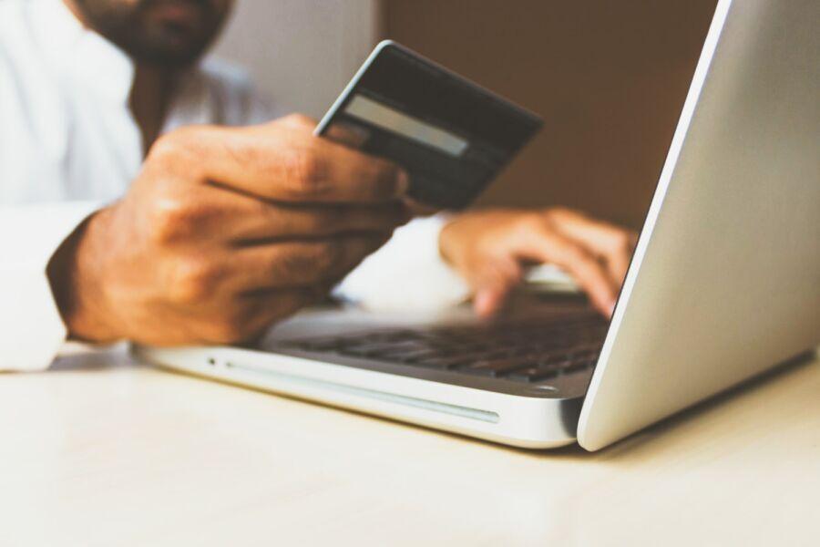 Pessoa realizando uma compra em um shopping virtual