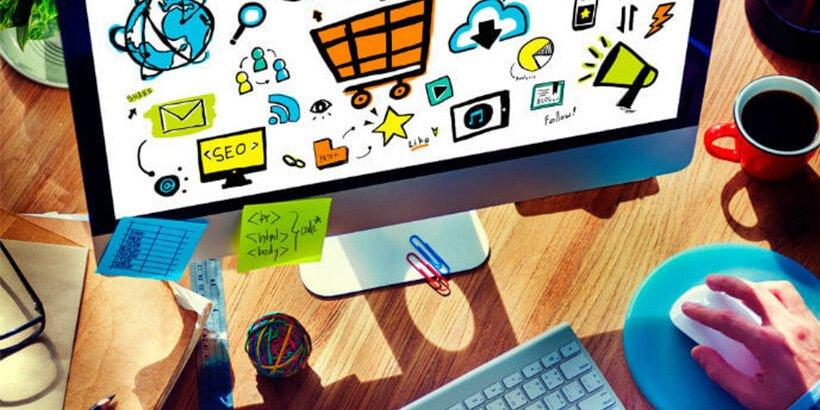 Pessoa acessando um site marketplace