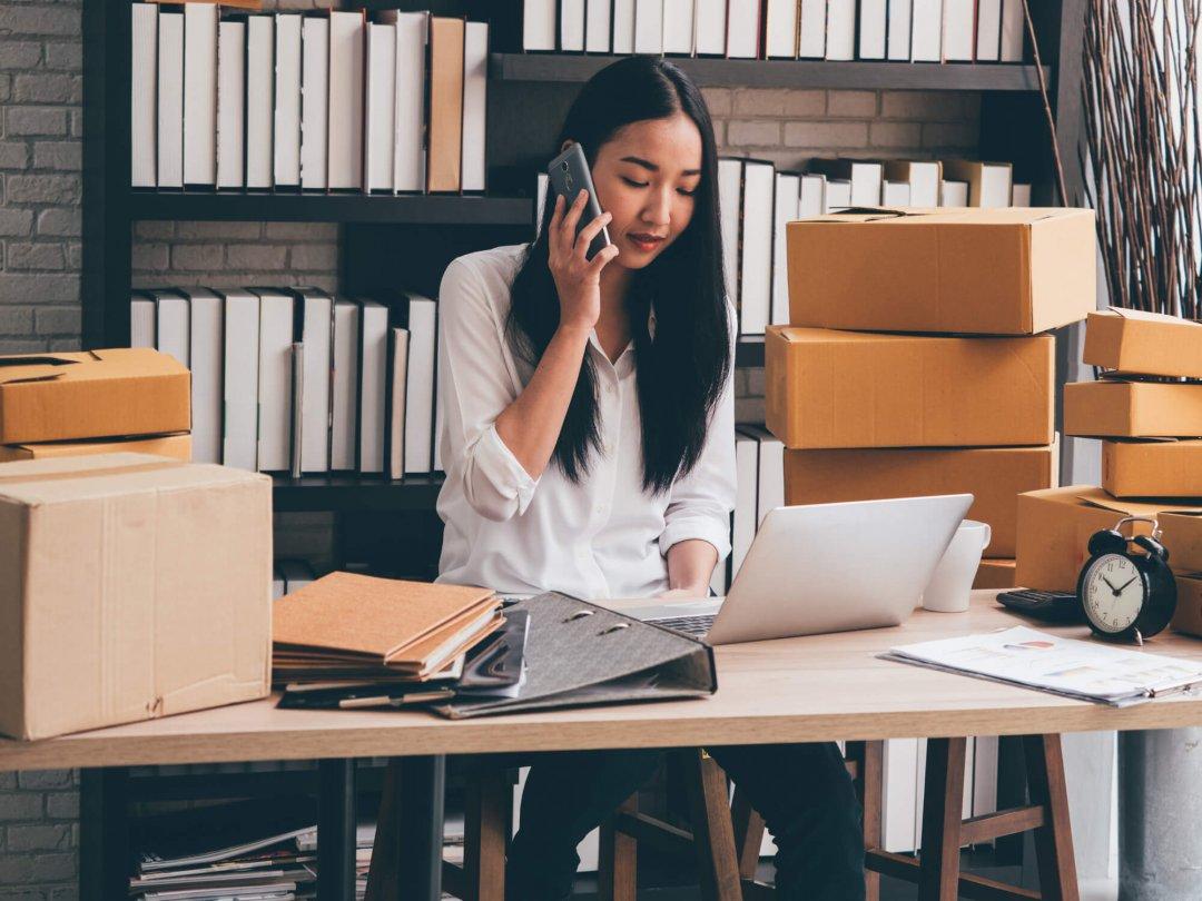 Mulher com traços orientais realizando pedidos de um site marketplace
