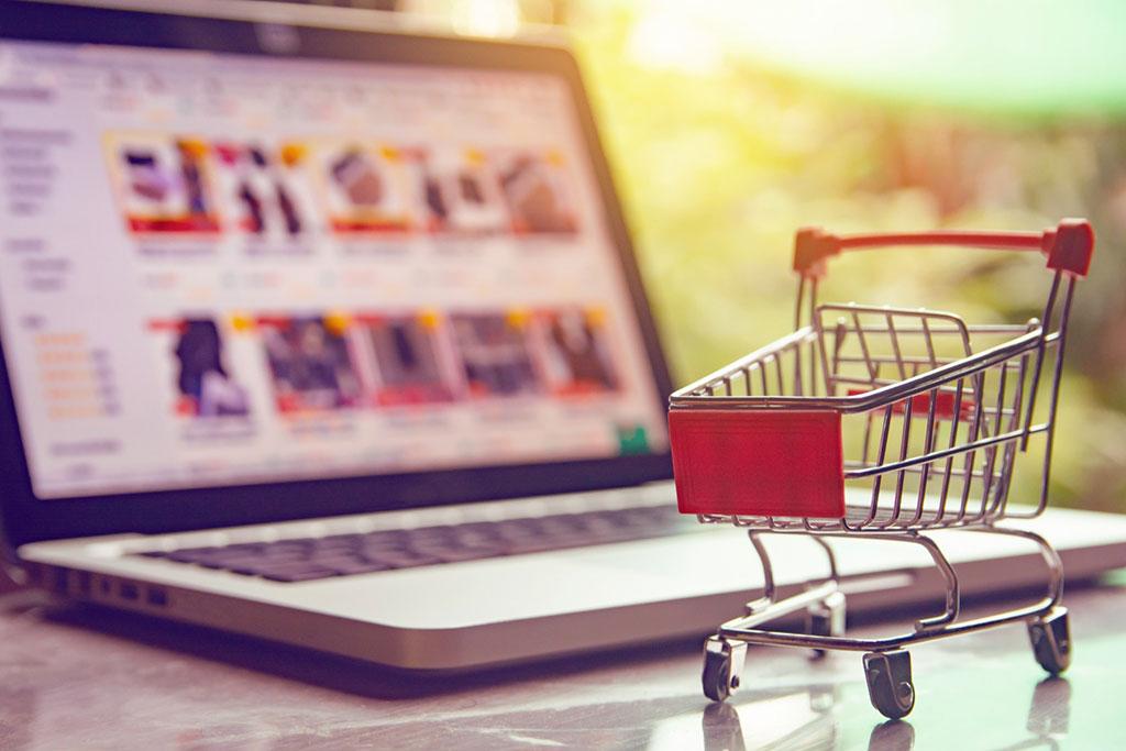 Carrinho de compras em cima de um notebook como analogia para site marketplace