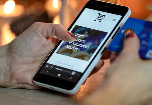 Pessoa acessando um site marketplace por meio de um smartphone