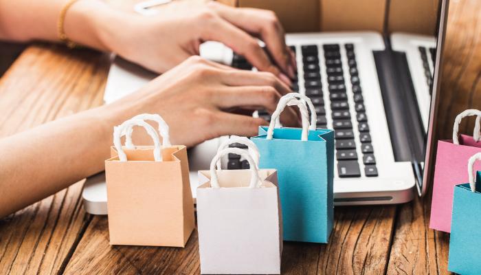 Mulher realizando compras em um site marketplace