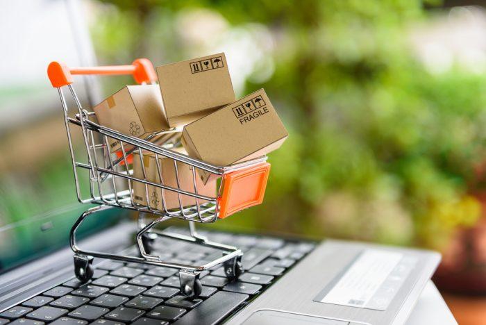 Carrinho de compras em cima de um notebook para representar os tipos de marketplace