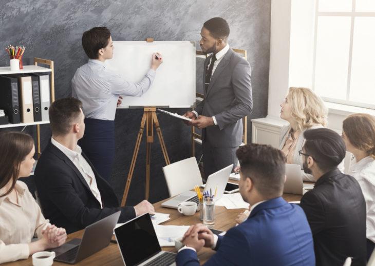 Time de profissionais trabalhando no processo de como criar uma startup
