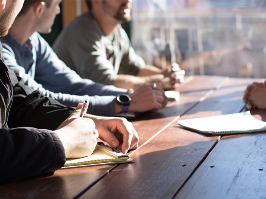 Time de profissionais trabalhando em uma startup