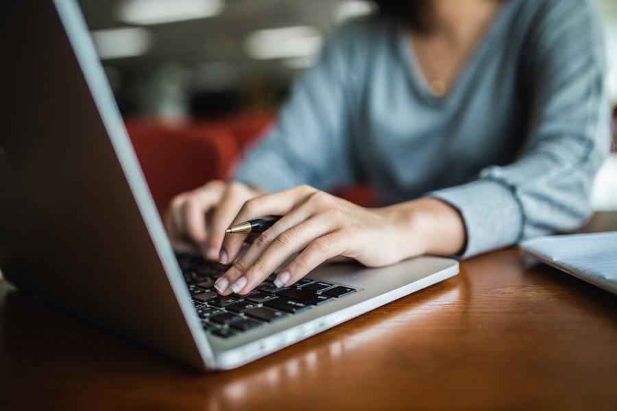 Empreendedora procurando sobre LGPD para Marketplace em um notebook