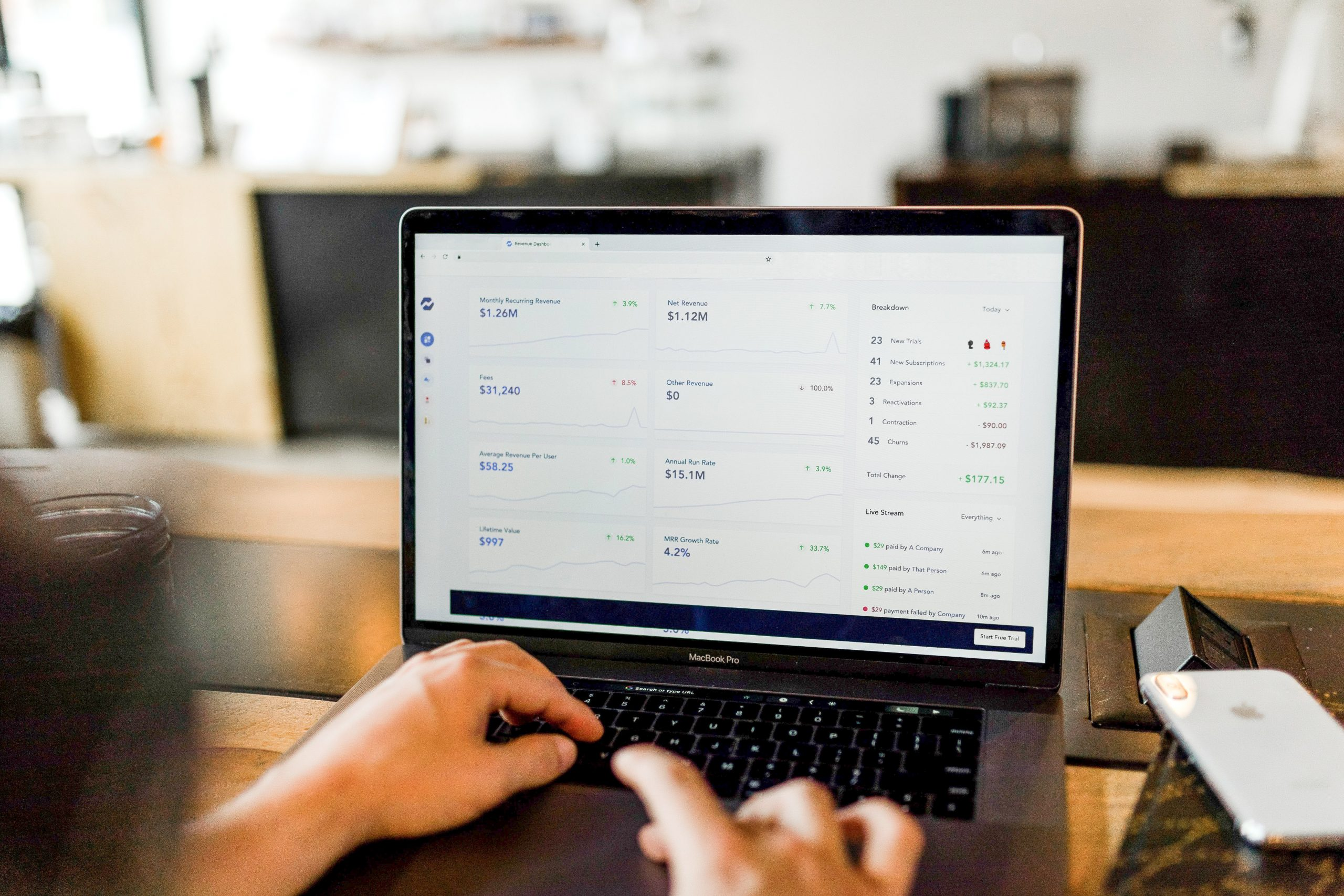 Homem realizando desenvolvimento de uma plataforma de marketplace como por meio de um Woocommerce Marketplace