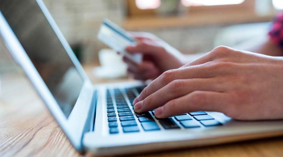 Mulher mexendo em um notebook para conseguir descobrir como funciona o desenvolvimento de um marketplace