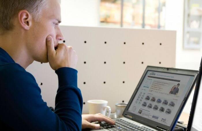 Profissional trabalhando em uma plataforma Woocommerce Marketplace