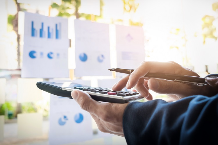 Empreendedor pesquisando sobre rentabilidade marketplace